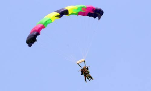 Il parà 96enne, Giuseppe Degrada, si lancia col paracadute 3