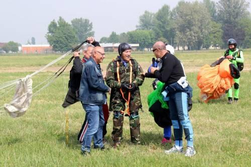Il parà 96enne, Giuseppe Degrada, si lancia col paracadute 4