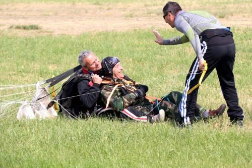 Il parà 96enne, Giuseppe Degrada, si lancia col paracadute 6