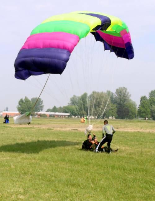Il parà 96enne, Giuseppe Degrada, si lancia col paracadute 5