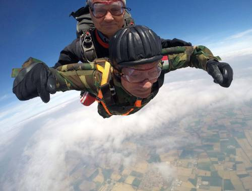 Il parà 96enne, Giuseppe Degrada, si lancia col paracadute 8