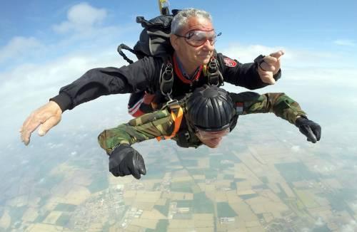 Il parà 96enne, Giuseppe Degrada, si lancia col paracadute 9