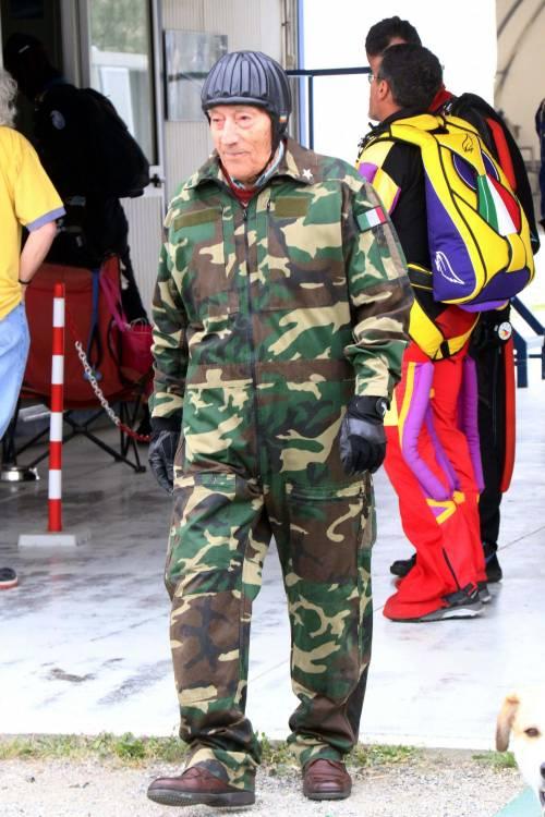 Il parà 96enne, Giuseppe Degrada, si lancia col paracadute 7