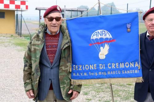 Il parà 96enne, Giuseppe Degrada, si lancia col paracadute 10