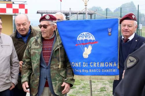 Il parà 96enne, Giuseppe Degrada, si lancia col paracadute 12