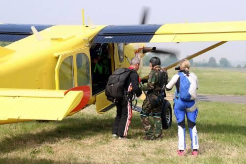 Il parà 96enne, Giuseppe Degrada, si lancia col paracadute 13