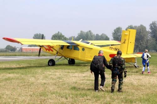 Il parà 96enne, Giuseppe Degrada, si lancia col paracadute 14