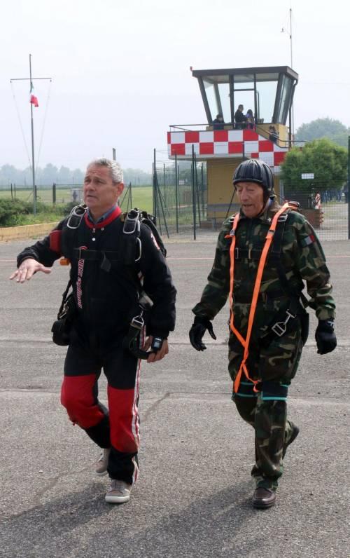 Il parà 96enne, Giuseppe Degrada, si lancia col paracadute 15