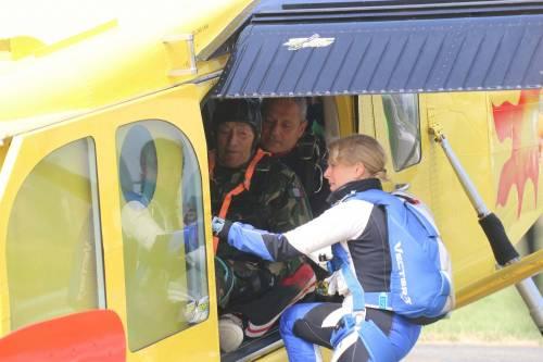 Il parà 96enne, Giuseppe Degrada, si lancia col paracadute 16