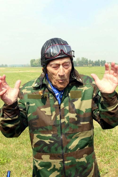 Il parà 96enne, Giuseppe Degrada, si lancia col paracadute 17