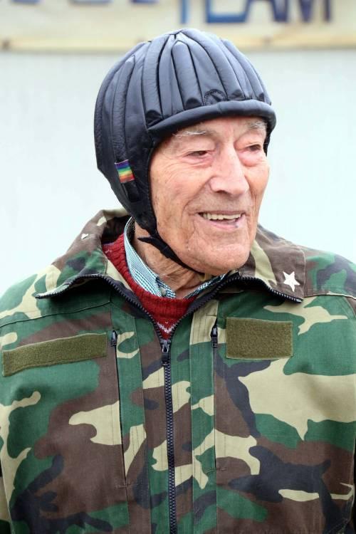 Il parà 96enne, Giuseppe Degrada, si lancia col paracadute 18