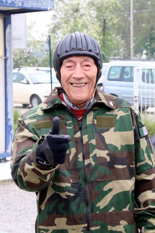 Il parà 96enne, Giuseppe Degrada, si lancia col paracadute 19