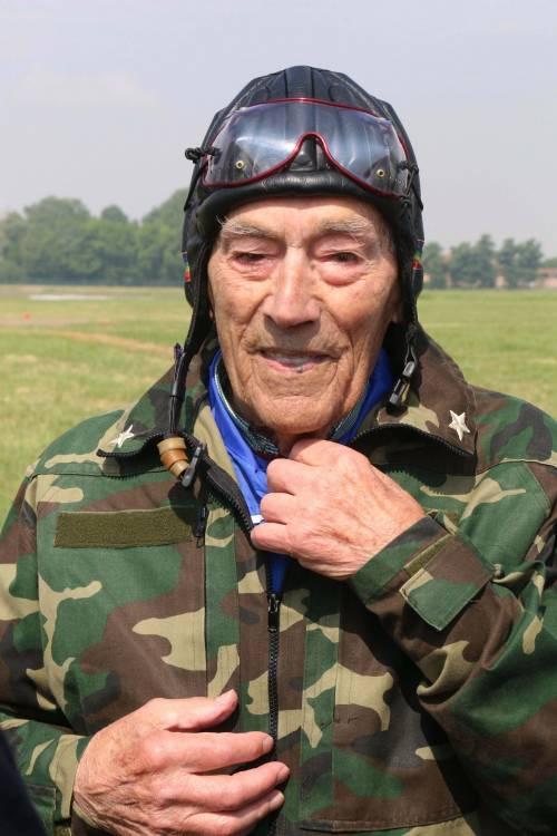 Il parà 96enne, Giuseppe Degrada, si lancia col paracadute 20
