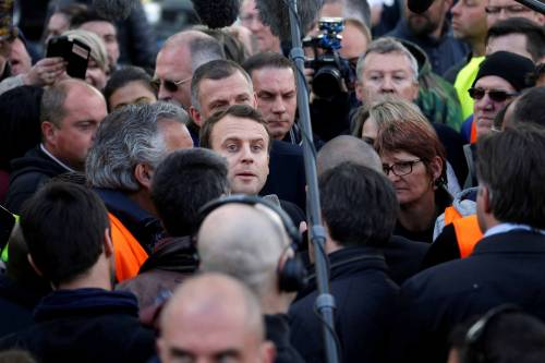 Macron contestato dagli operai Whirlpool 3