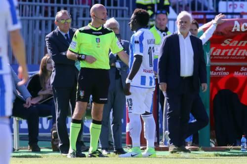 """Cori razzisti a Muntari, lui abbandona il campo: """"Arbitro senza coraggio"""""""