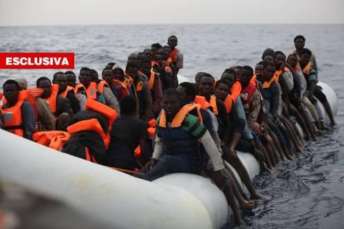 Ecco i cavilli usati dalle Ong per scaricare tutti i migranti in Italia