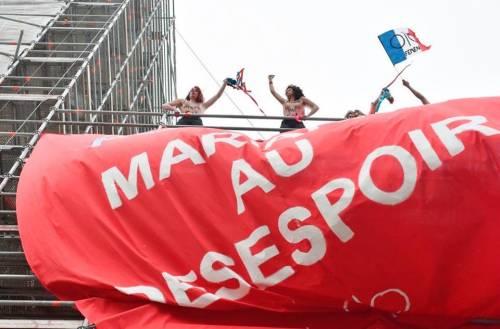 Attiviste di Femen fermate davanti al seggio di Marine Le Pen