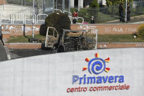 Roma, fiamme in camper di rom: morte tre sorelle 3