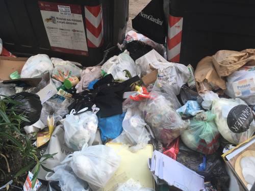 Getta la spazzatura dalla macchina: il sindaco gliela riporta a casa