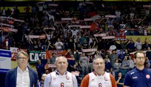 Notre Dame, la Marsigliese sui campi di basket: le tifoserie italiane in rivolta