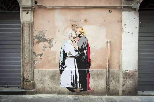 "Nel murales Papa Francesco bacia il ""diavolo"" Trump"