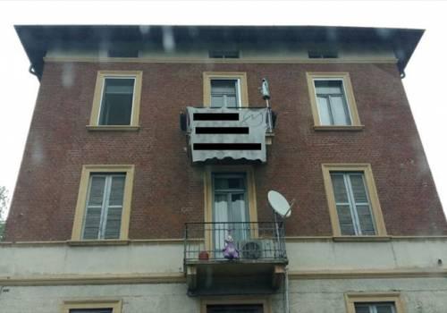 Milano, gli anarchici occupano una palazzina e oltraggiano la Madonna