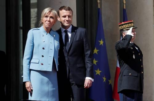 Il servizio di piatti e il video sui poveri: bufera su Macron