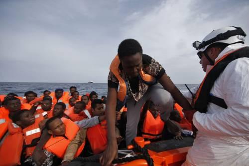 Gli sbarchi non si fermano:  in Sicilia 5mila arrivi in 48 ore  Allarme per scabbia e tbc