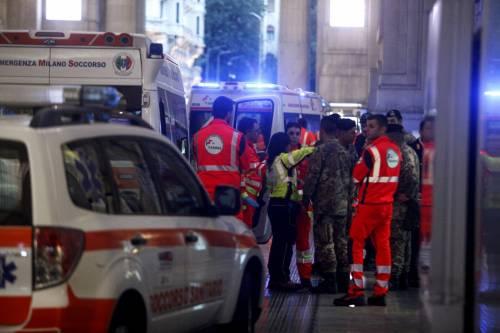Milano, accoltellati un poliziotto e un militare 7