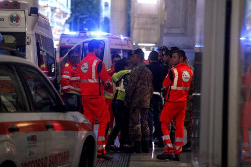 Milano, accoltellati un poliziotto e un militare 5