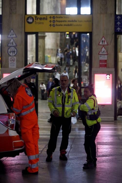 Milano, accoltellati un poliziotto e un militare 8