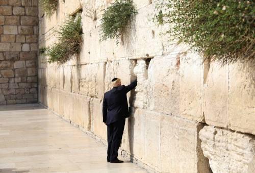 Donald Trump, il primo presidente Usa a visitare il Muro del Pianto 2