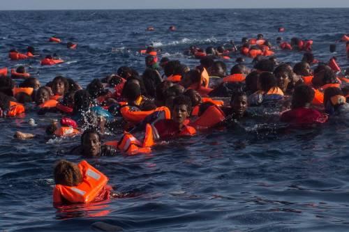 """In piazza per i migranti. Sindaco si segna i nomi: """"Li ospiterete voi"""""""