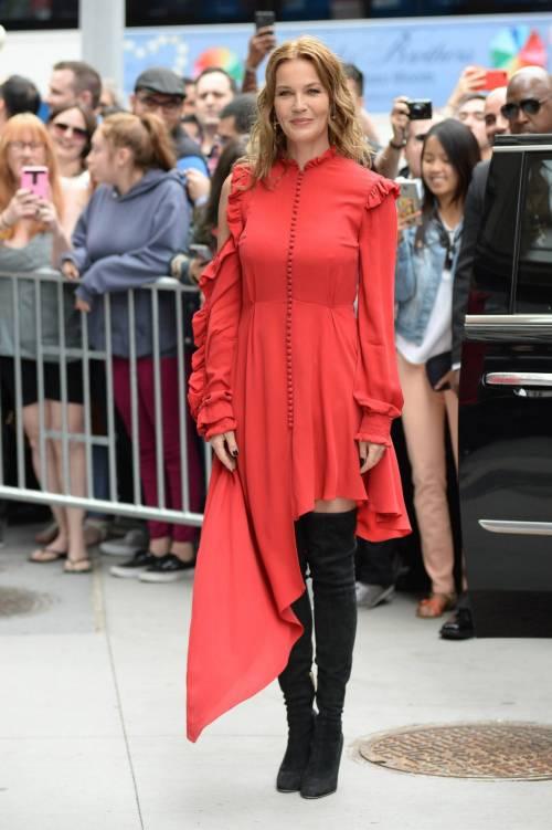 Connie Nielsen, il vento alza la gonna sul red carpet 3