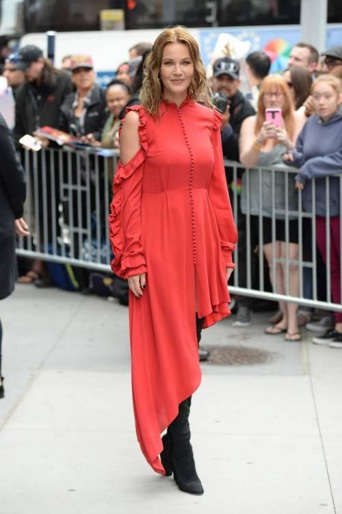 Connie Nielsen, il vento alza la gonna sul red carpet 7