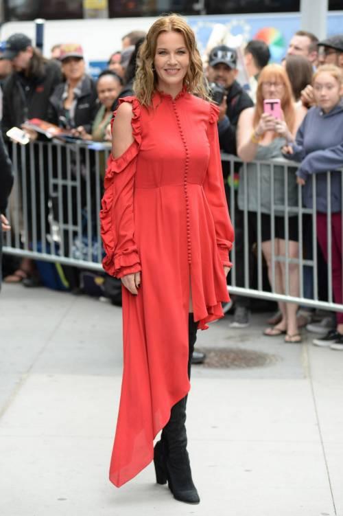 Connie Nielsen, il vento alza la gonna sul red carpet 8