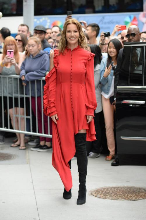 Connie Nielsen, il vento alza la gonna sul red carpet 12