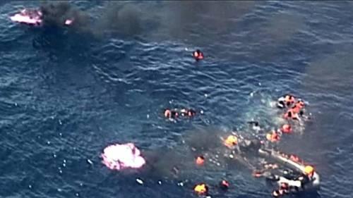 Spagna, il gommone di migranti prende fuoco e affonda