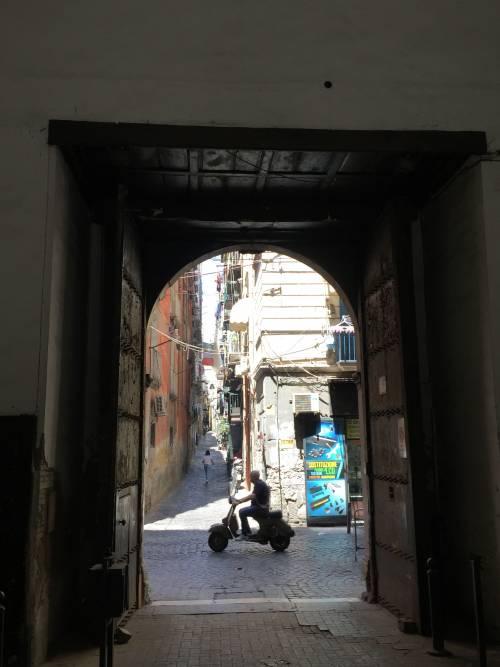 Napoli, il quartiere della Forcella 18