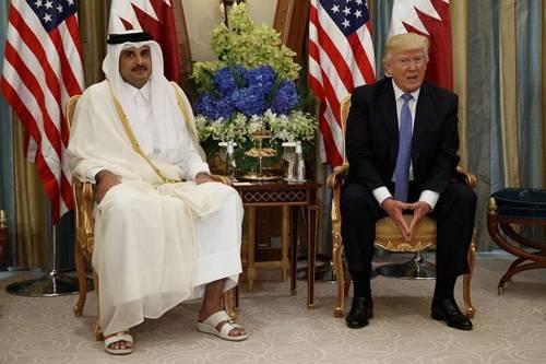 Finisce dopo tre anni l'embargo al Qatar. L'abbraccio storico fra il principe e l'emiro