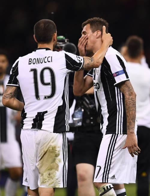 Rieti, manichini con la maglia della Juventus crocifissi in piazza