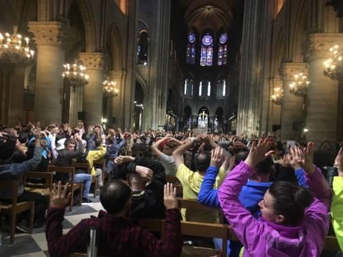 Parigi, 900 fedeli bloccati in chiesa a Notre Dame 3