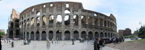 Sfregiato il Colosseo, è opera di una turista tedesca