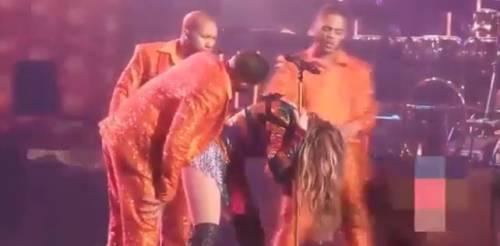 Jennifer Lopez rimane bloccata con la schiena durante il concerto