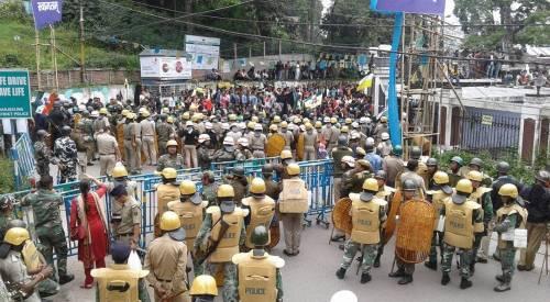 Violenti proteste in India bloccano miglialia di turisti