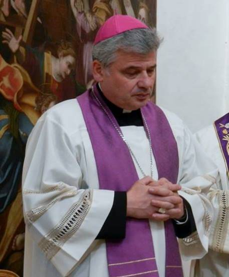 """Padre Konrad porta i clochard al mare: """"Nessun contagio perché i ricchi non li toccano"""""""