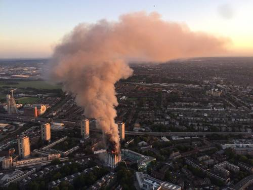 Grattacielo in fiamme a Londra 3
