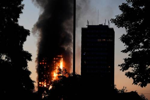 Grattacielo in fiamme a Londra 5