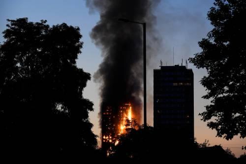 Grattacielo in fiamme a Londra 6