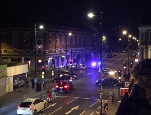 Londra, un van contro la folla: un morto e otto feriti 2